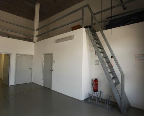 Abgangstreppe mit Geländer verzinkt