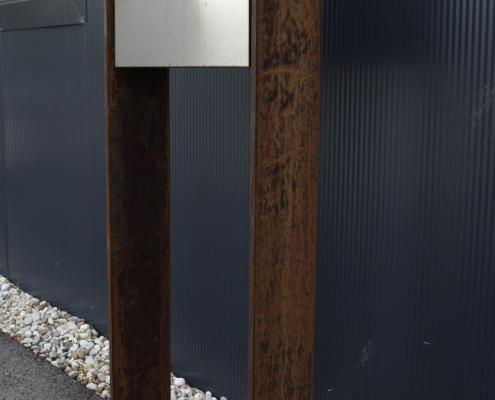 Cortenstahlrahmen mit Postkasten Edelstahl