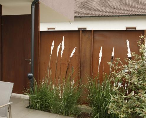 Sichtschutz mit Lasermotiv und Tür aus Cortenstahl