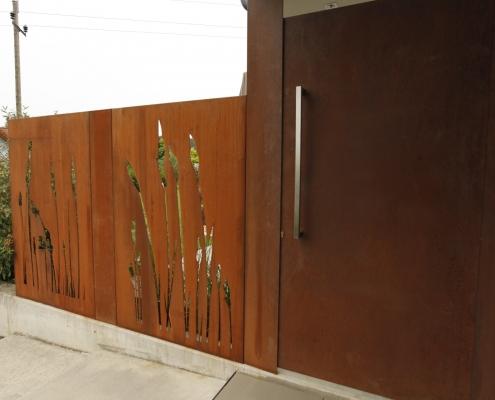 Sichtschutz mit Lasermotiv und Haustür aus Cortenstahl