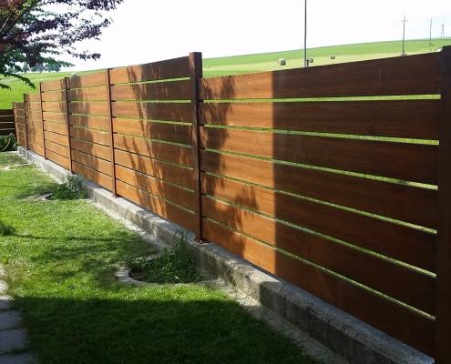 Zaun aus Cortenstahllamellen