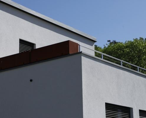 Balkongeländer aus Cortenstahltrögen und Geländer verzinkt mit Edelstahlseilen