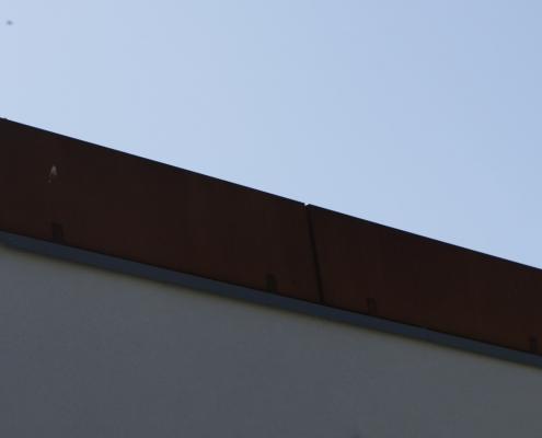 Cortenstahltröge als Balkonabsturzsicherung