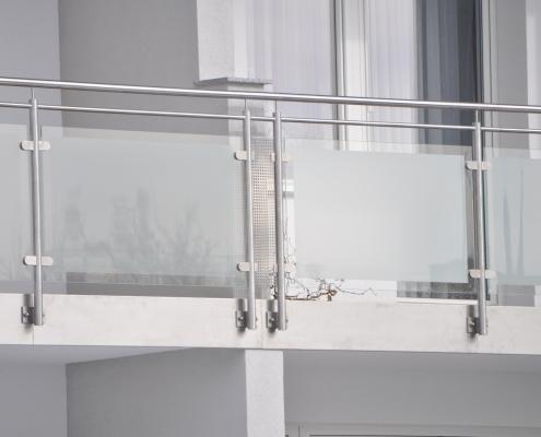 Balkongeländer Edelstahl mit satiniertem Glas
