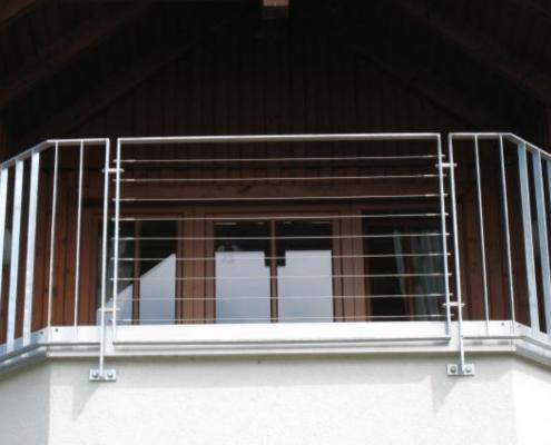 Balkongeländer Edelstahl mit Seilen kombiniert mit Geländer verzinkt