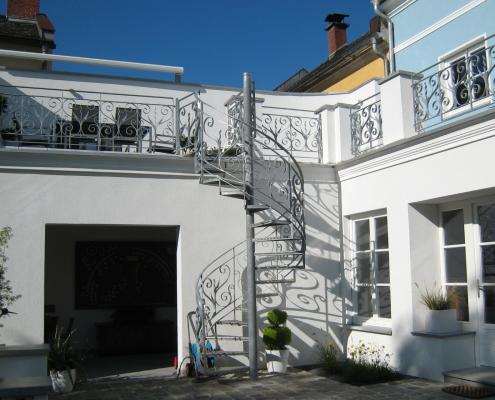 Geländer und Wendeltreppe feuerverzinkt mit Trittstufen aus Aluminium-Warzenblech
