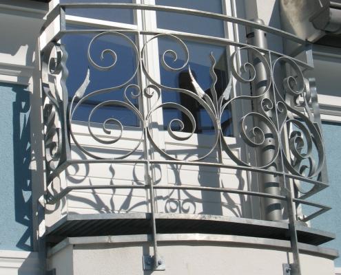 Geländer franz. Balkon feuerverzinkt aus geschmiedeten Ornamenten