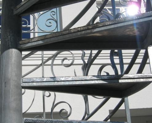Wendeltreppe feuerverzinkt mit Trittstufen aus Aluminium-Warzenblech