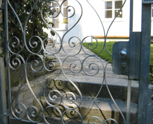 Gartentür aus geschmiedeten feuerverzinkten Ornamenten