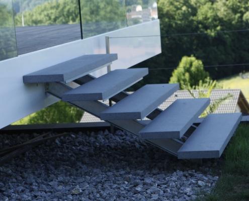 Treppe feuerverzinkt mit Steinauflage
