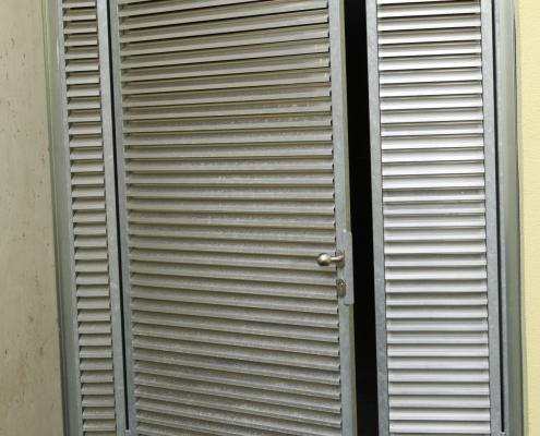 Türe verzinkt mit Lüftungslamellen aus Aluminium