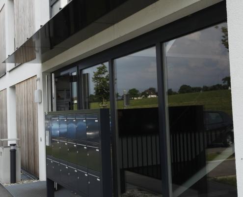Vordach Eingang mit Postkastenanlage pulverbeschichtet